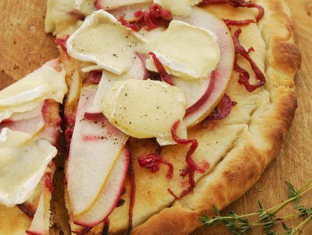Flammbrot mit Apfel, Birne, Zwiebeln und Käse
