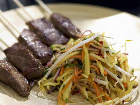 Fleischspieß mit Salat aus Mango
