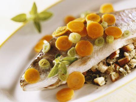 Forelle gefüllt dazu Karotten und Lauchzwiebeln