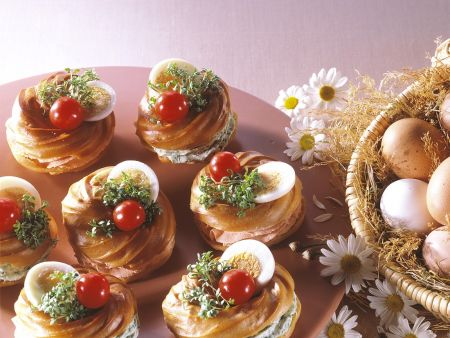 Frischkäse-Windbeutel mit Ei und Tomate