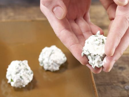 Frischkäsebällchen auf Salat: Zubereitungsschritt 8