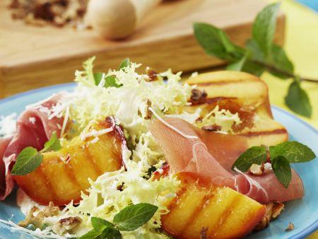 Rezept: Friseesalat mit Grill-Pfirsichen und Serranoschinken