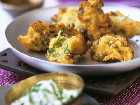 Frittierte Kartoffeln im Backteig (Pakoras) mit Joghurtdip