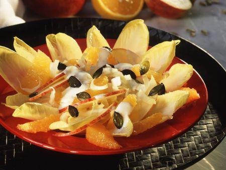 Fruchtiger Chicoréesalat mit Joghurtdressing und Kürbiskernen