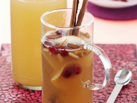 Fruchtpunsch mit Cranberrys und Pinienkernen