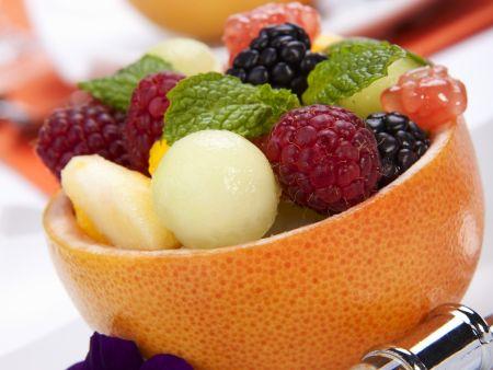 Fruchtsalat in der Grapefruit