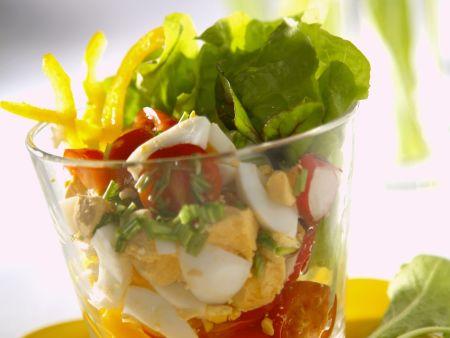 Frühlingshafter Salat mit Ei und Rote-Bete-Grün