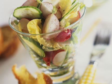 Frühlingshafter Salat mit Radieschen und Gurke