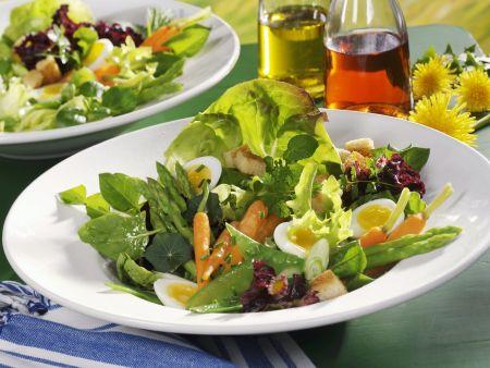 Rezept: Frühlingshafter Salat mit Wachteleiern und jungem Gemüse