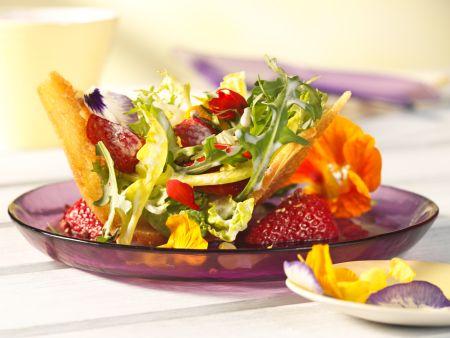 Frühlingssalat mit Pfeffererdbeeren im Brotkörbchen