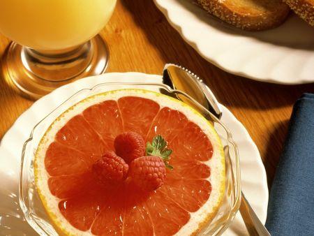 Frühstück mit Grapefruit und Brot