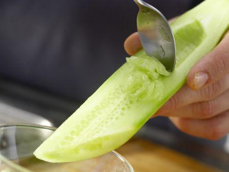 Garnelen auf Gurken-Orangen-Salat: Zubereitungsschritt 2