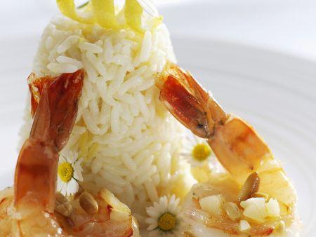 Garnelenschwänze mit Reis und Essblüten