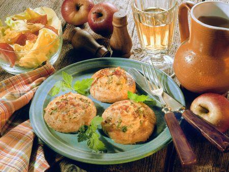 Gebacken Kartoffelküchlein mit Apfelfüllung