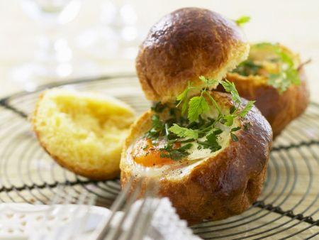 Rezept: Gebackene Eier im Brötchen mit Kräutern