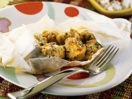 Gebackene Hähnchenfiletwürfel mit Curry und Kokos im Backpapier