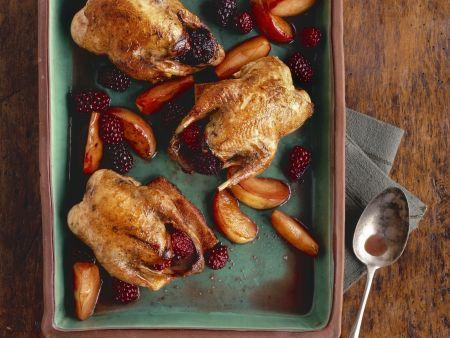 Gebackene Rebhühner mit Äpfeln und Brombeeren