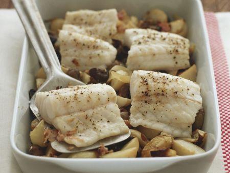 Gebackenes Seebarschfilet mit Kartoffeln und Oliven