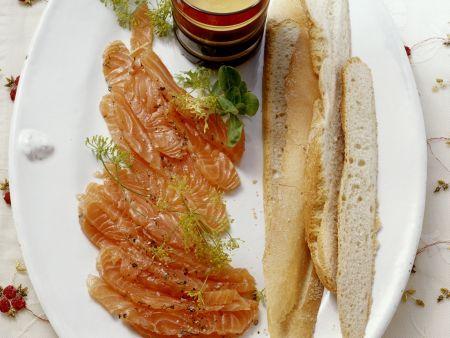 Gebeizter Lachs mit Honig-Senf-Vinaigrette
