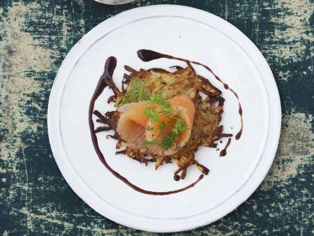 Gebeizter Saibling mit Senf-Honig-Vinaigrette und Kartoffelrösti