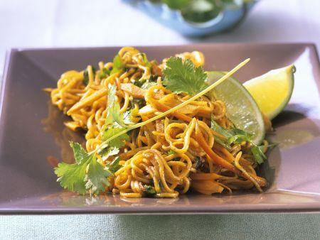 Gebratene Asia-Nudeln mit Gemüse und Koriander