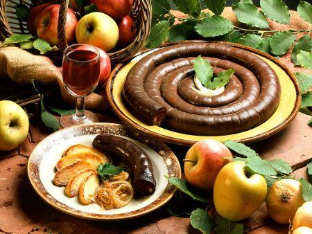 Gebratene Blutwurst mit Zwiebeln und Apfel