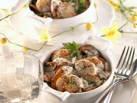 Gebratene Jakobsmuscheln mit Champignons in Käse-Sahne-Sauce