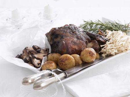Gebratene Lammhaxe mit Kartoffeln und Pilzen