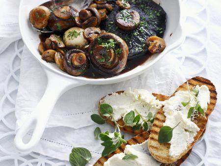 Gebratene Pilze mit Frischkäse-Röstbrot