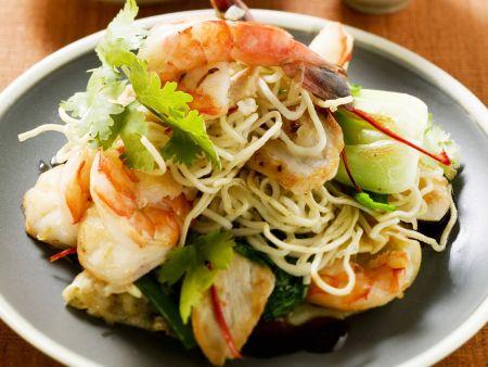Gebratene Reisnudeln mit Gemüse und Shrimps