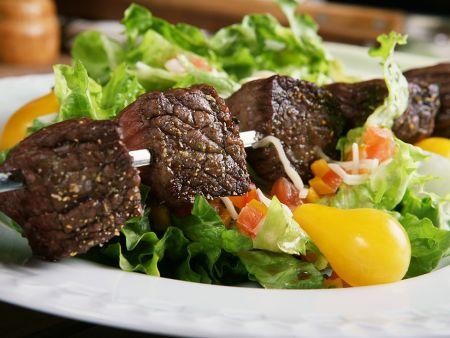 Gebratene Rinderfiletspieße auf Salat