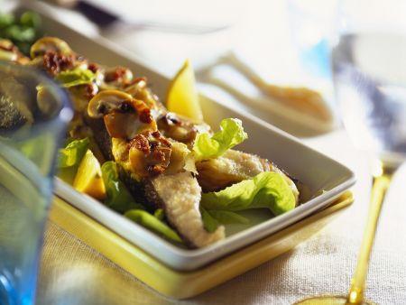 Gebratener Karpfen mit Pilzen und Salat