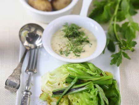 Gebratener Salat mit Kräuter-Vinaigrette und Kartoffeln