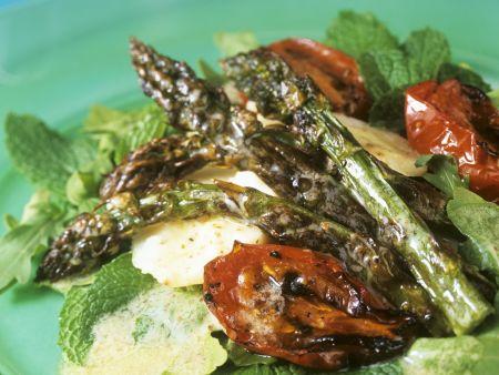 Gebratener Spargel-Tomatensalat mit Haselnussvinaigrette