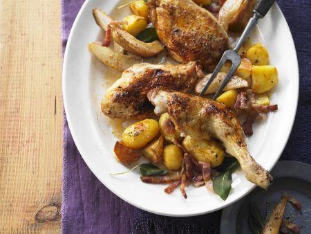 Gebratenes Hähnchen mit Bacon, Birnen und Kartoffeln