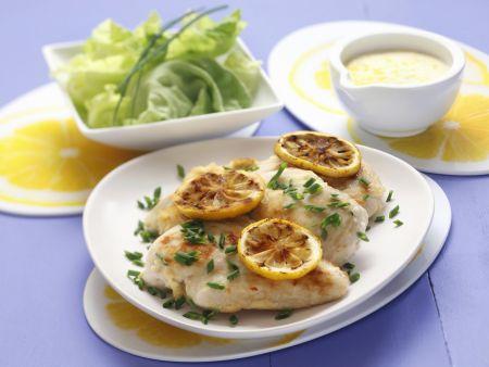 Gebratenes Hähnchen mit Schnittlauch und Zitrone
