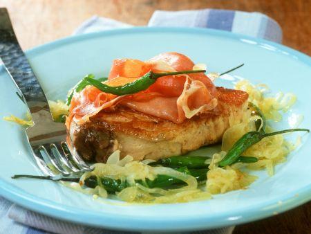 Gebratenes Thunfischsteak mit Schinken und Chili