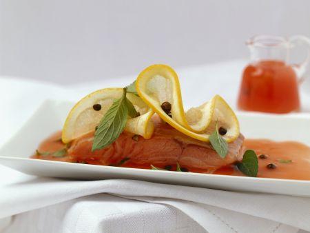 Gedämpftes Lachsfilet mit Grapefruitsoße