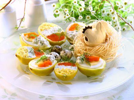 Gefüllte Eier in Zitronenhälften