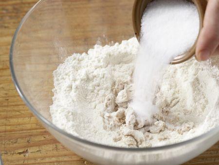 Gefüllte Hefeklöße mit Beerensauce: Zubereitungsschritt 1