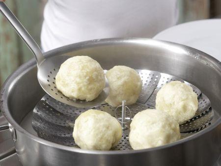 Gefüllte Hefeklöße mit Beerensauce: Zubereitungsschritt 10