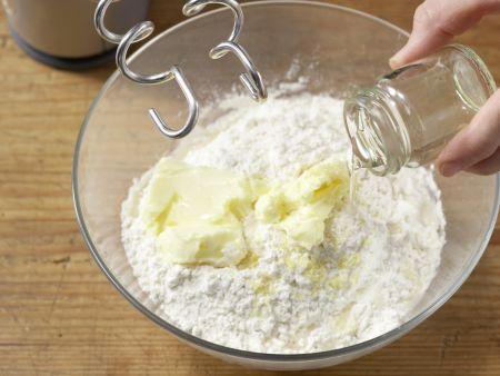 Gefüllte Hefeklöße mit Beerensauce: Zubereitungsschritt 5