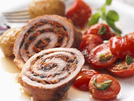 Gefüllte Kalbsröllchen mit gebratenem Tomatensalat