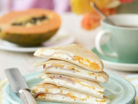 Gefüllte kleine Pfannkuchen mit Ricotta, Ei und Schinken