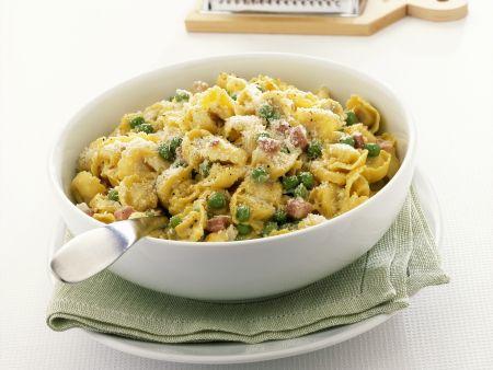 Gefüllte Nudeln mit Erbsen, Schinken und Parmesan