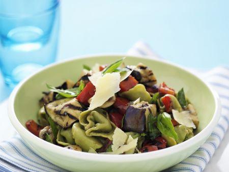 Gefüllte Nudeln mit Gemüse und Parmesan