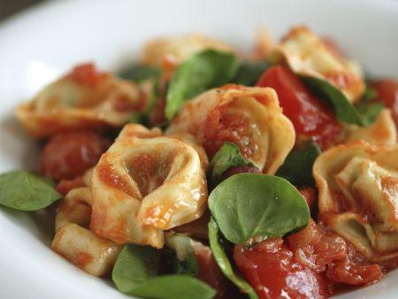Gefüllte Nudeln mit Tomatensoße und Basilikum