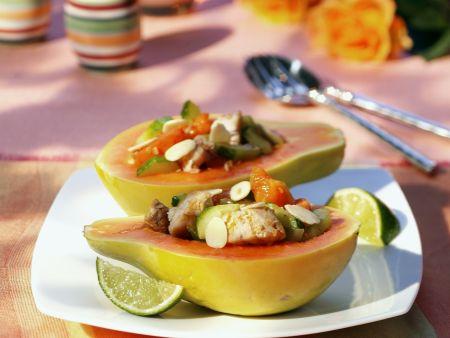 Gefüllte Papaya mit Makrele, Gurke und Kirschtomaten