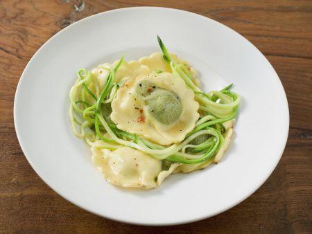 Gefüllte Ravioli mit Zucchinispaghetti