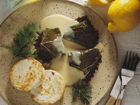 Gefüllte Weinblätter mit Käse und Sauce